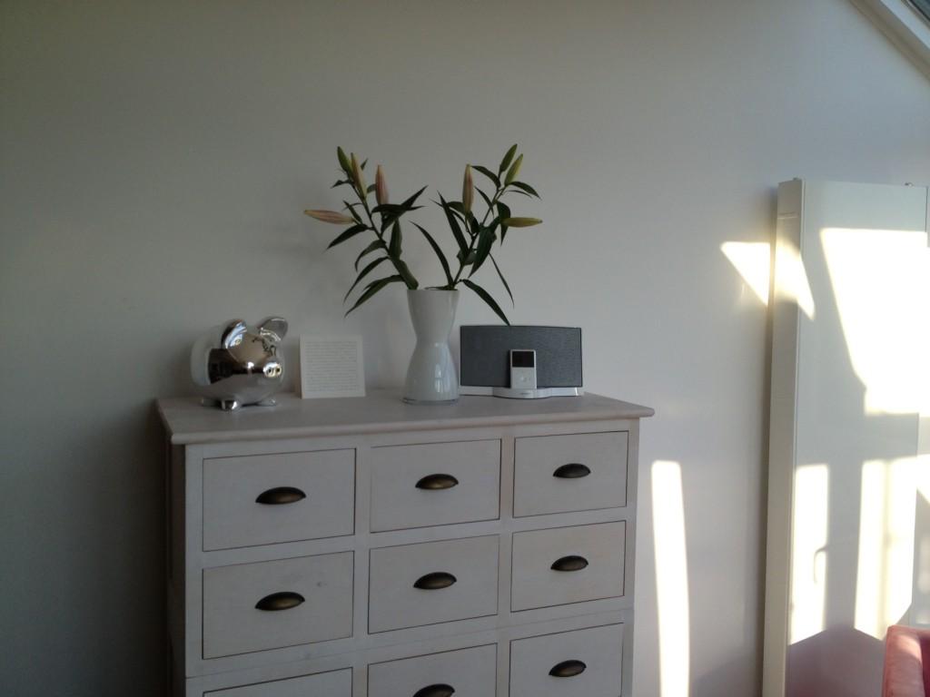 Eva-Solo-Florentine-Vase auf weißer Kommode