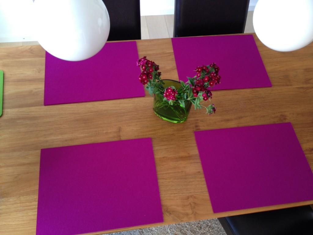 Vier Hey-Sign-Tischsets in der Farbe Lila - Ansicht von oben