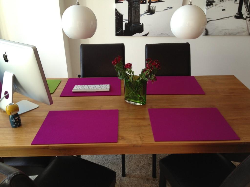 Vier lila farbende Tischsets